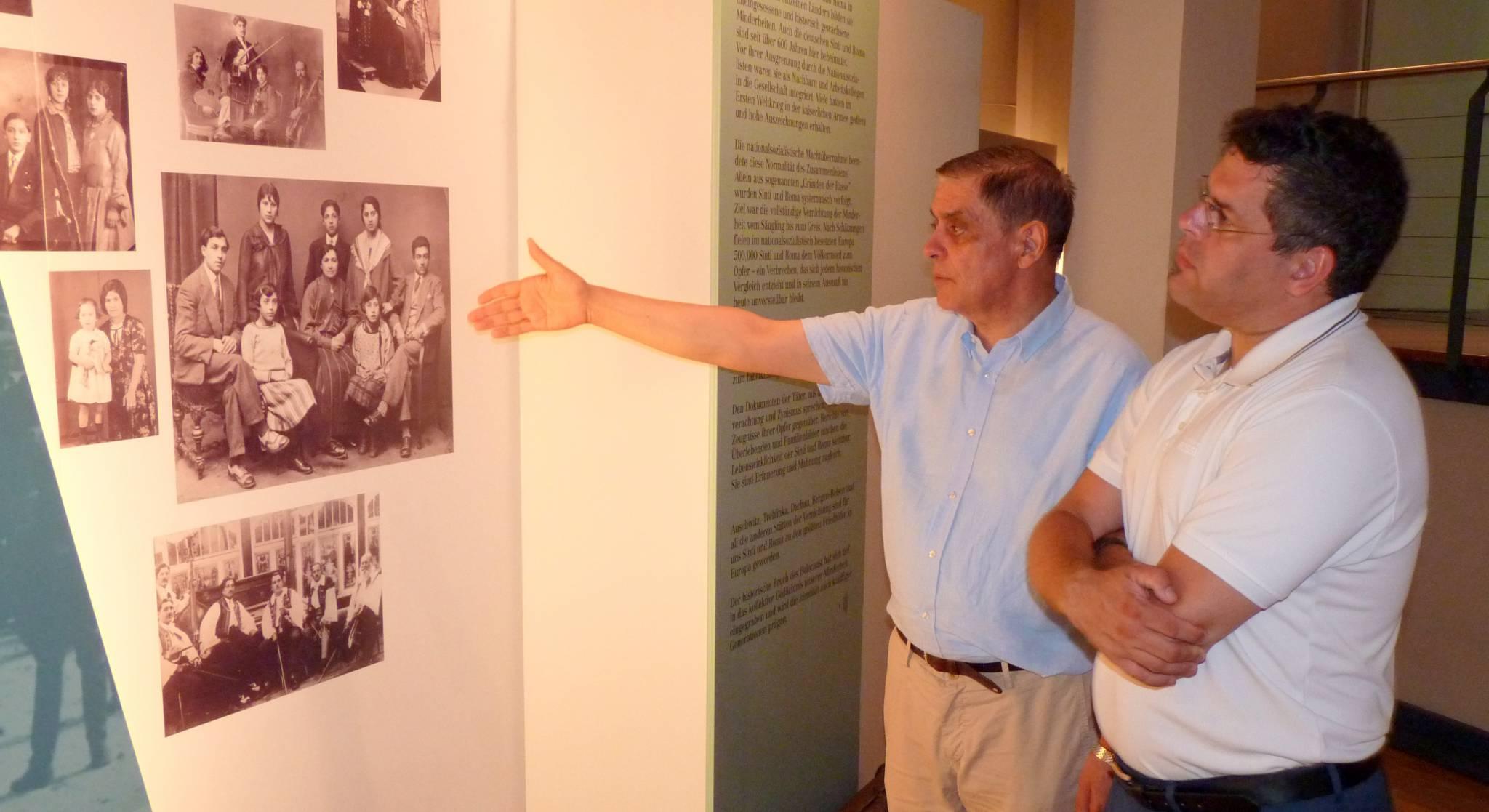 Romani Rose, Vorsitzender des Zentralrates, und LOStA Jens Rommel von der Zentralen Stelle Ludwigsburg in der Ausstellung zum Völkermord an den Sinti und Roma, 19.07.2016