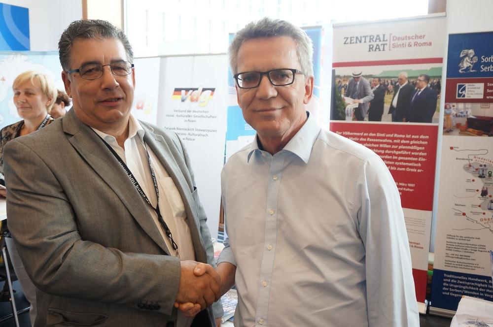 Zentralrat Vorstandsmitglied Oswald Marschall mit Bundesinnenminister Thomas de Maizière auf dem Tag der Offenen Tür im Bundesinnenministerium