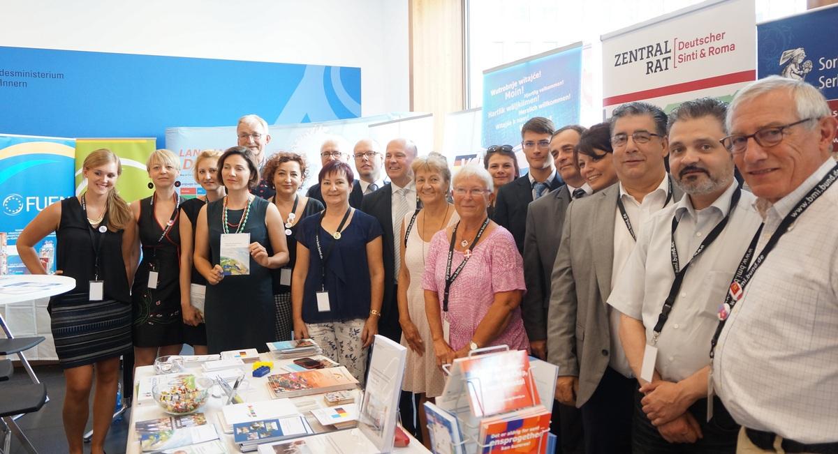 Die Vertreterinnen und Vertreter der vier autochthonen nationalen Minderheiten in Deutschland auf dem Tag der Offenen Tür im BMI.