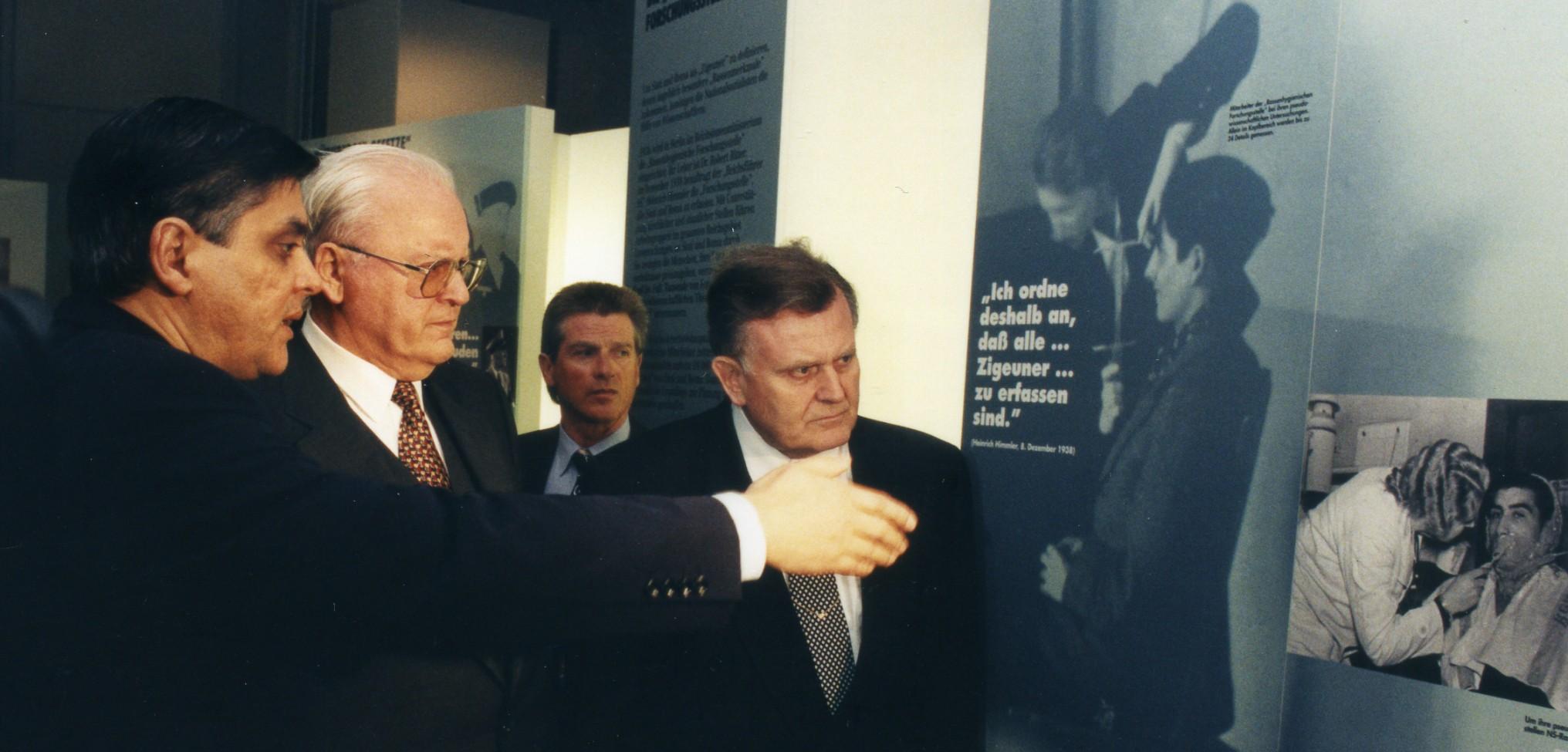 Der damalige Bundespräsident Roman Herzog mit dem baden-württembergischen Ministerpräsidenten Erwin Teufel bei der Eröffnung des Dokumentations- und Kulturzentrums Deutscher Sinti und Roma, 16. März 1997.