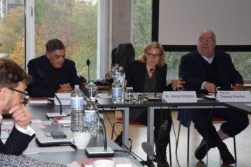 Romani Rose und Thomas Fischer mit Moderatorin Maria Scharlau, amnesty international.